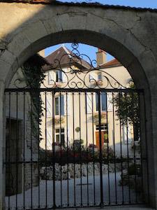 Foto van de poort bij Le Bailli Frans Vakantieverblijf